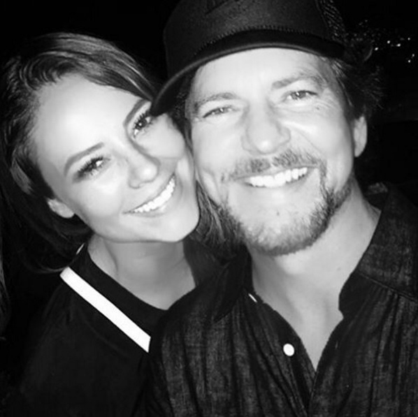 23.nov.2015 - Paolla Oliveira em dia de tiete: a atriz publicou uma foto ao lado do vocalista do Pearl Jam, Eddie Vedder, em seu perfil no Instagram. A banda se apresentou no Maracanã, no Rio, no último domingo (22)