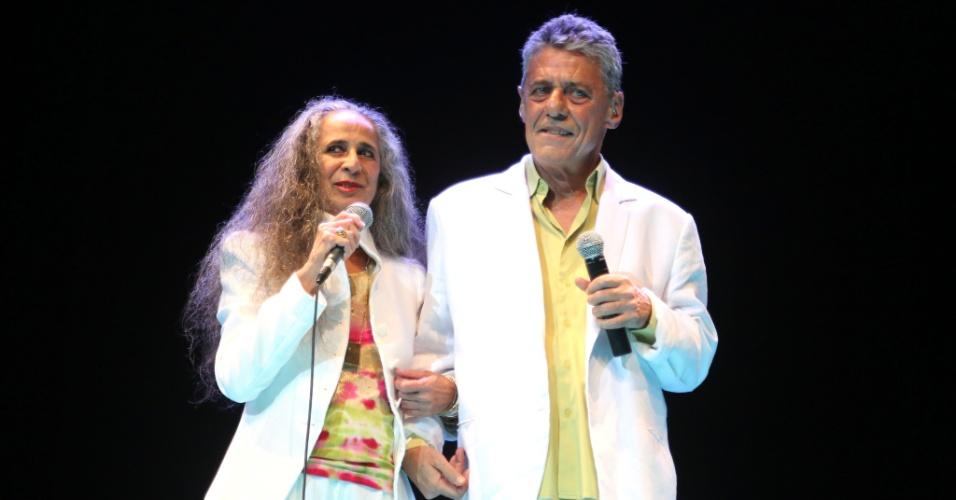 26.jan.2015 - Maria Bethânia e Chico Buarque cantam juntos no tradicional Show de Verão, que acontece na noite desta terça-feira no Vivo Rio