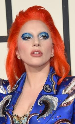 15.fev.2016 - De cabelo laranja, Lady Gaga surpreende com figurino e maquiagem inspirados em David Bowie