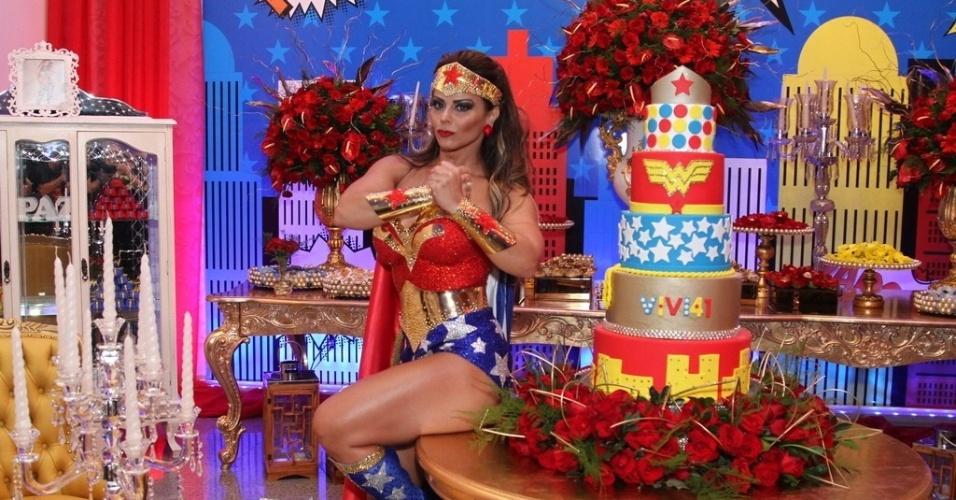 1.abr.2016 - Vestida de Mulher-Maravilha, Viviane Araújo comemora 41 anos com festa à fantasia e bolo temático. A comemoração aconteceu em uma casa de festas em Bangu, no Rio de Janeiro