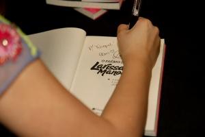 Larissa Manoela lança seu 1º livro e reúne multidão em shopping de SP. 5    6Marcos Ribas Brazil News bcd2e637a4