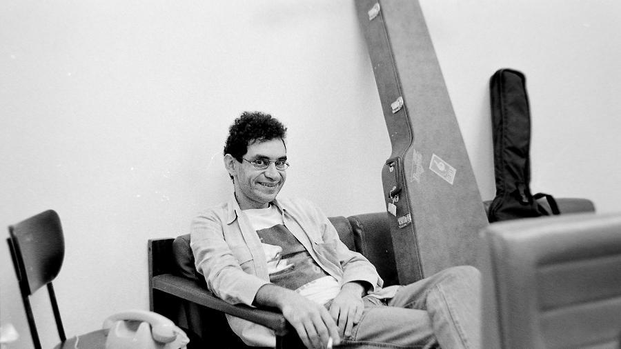 O cantor Renato Russo posa no camarim  - Divulgação