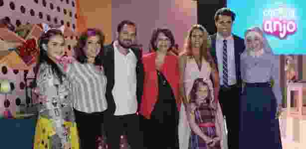 """Leonor Corrêa (de vermelho) com Maisa Silva, Iris Abravanel, o diretor Ricardo Mantoanelli, Lucero, Lorena Queiroz, Carlo Porto e Bia Arantes no lançamento de """"Carinha de Anjo"""" - Lourival Ribeiro/SBT - Lourival Ribeiro/SBT"""