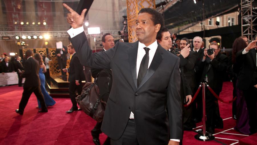 """Denzel Washington no tapete vermelho da cerimônia do Oscar 2017, onde concorreu à estatueta de melhor ator por """"Um Limite Entre Nós"""" - Christopher Polk/Getty Images"""