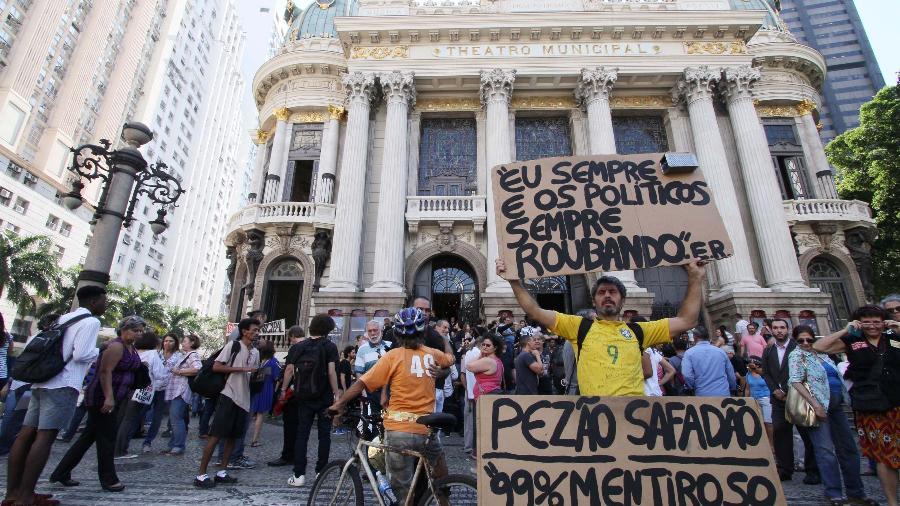 Funcionários do Theatro Municipal do Rio protestam pela falta de pagamento de salários pelo Governo do Estado, na Cinelândia - Clever Felix/Brazil Photo Press/Folhapress