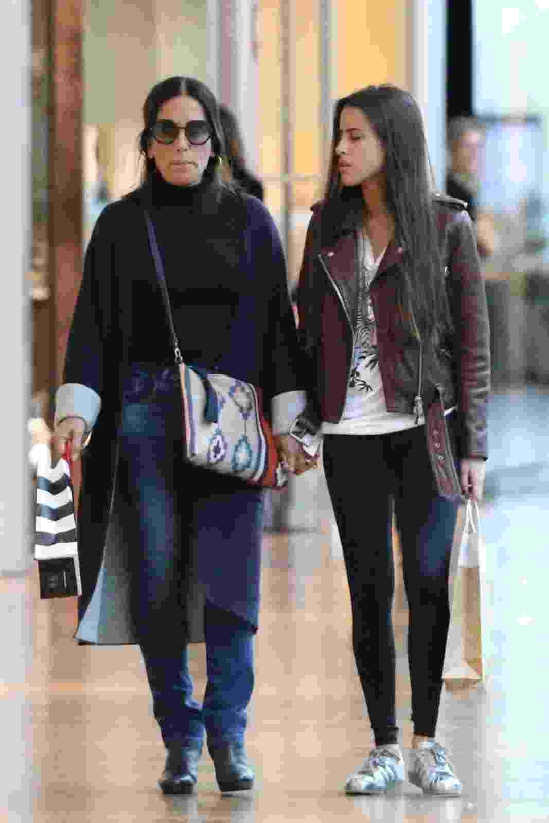 No dia do seu aniversário, Glória Pires aproveitou também para fazer compras. Depois do almoço, ela passeou com a filha Ana por um shopping na Zona Oeste, do Rio de Janeiro. A atriz completou 54 anos - AgNews/Fabio Moreno