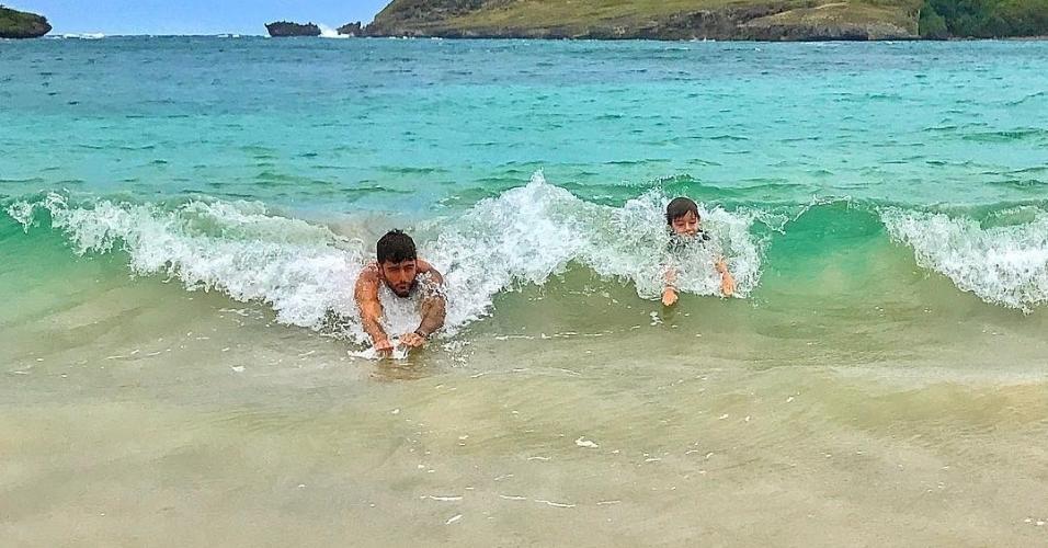 Em Fernando do Noronha, o surfista Pedro Scooby dá aulas particulares ao primogênito Dom