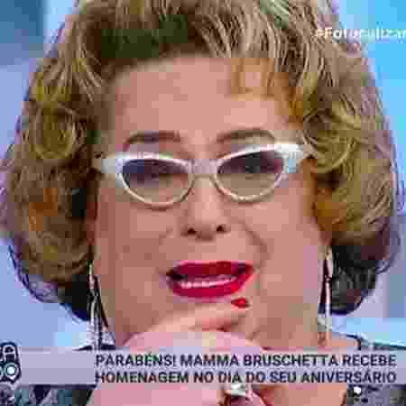 """Mamma Bruschetta chora com festa surpresa no """"Fofocalizando"""" - Reprodução/SBT - Reprodução/SBT"""