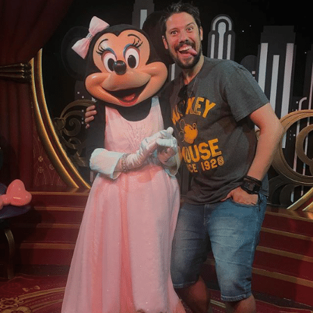 Phelipe Siani posa com Minnie na Disney e brinca com a namorada, Mari Palma - Reprodução/Instagram/phelipe.siani