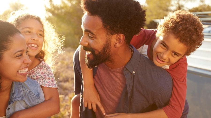 Declarar amor aos filhos ajuda a autoestima das crianças - iStock