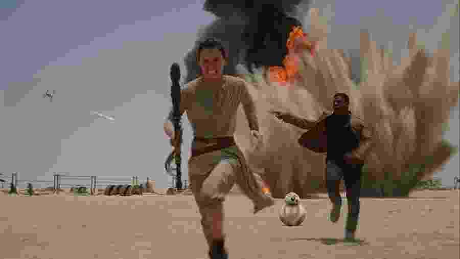 """John Boyega e Daisy Ridley em cena de """"Star Wars: O Despertar da Força"""" (2015) - Divulgação"""