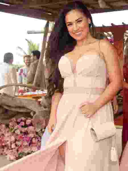 Simone Mendes exibe decote e fenda de seu vestido no casamento de Whindersson Nunes e Luísa Sonza - Manuela Scarpa/Brazil News