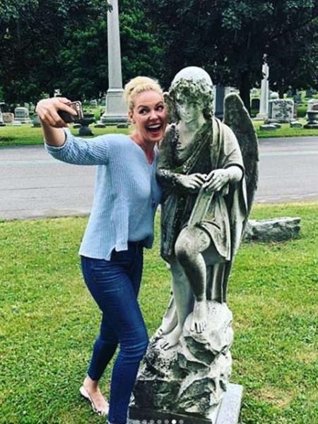 Katherine Heigl foi criticada por fotos em cemitério - Instagram/Reprodução