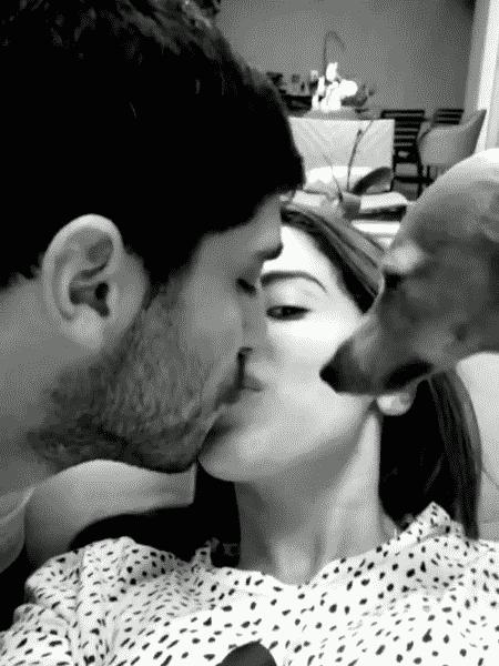 Anitta ganhou carinhos do marido, Thiago, e de Plínio, o cãozinho do casal - Reprodução/Instagram