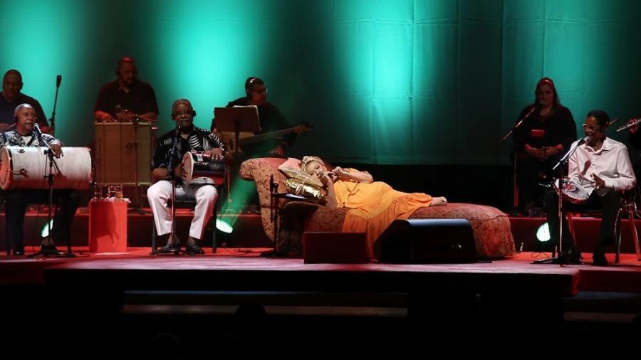 Para aliviar dores na coluna, Beth Carvalho faz show deitada com Fundo de Quintal em São Paulo - Cláudio Augusto/Brazil News