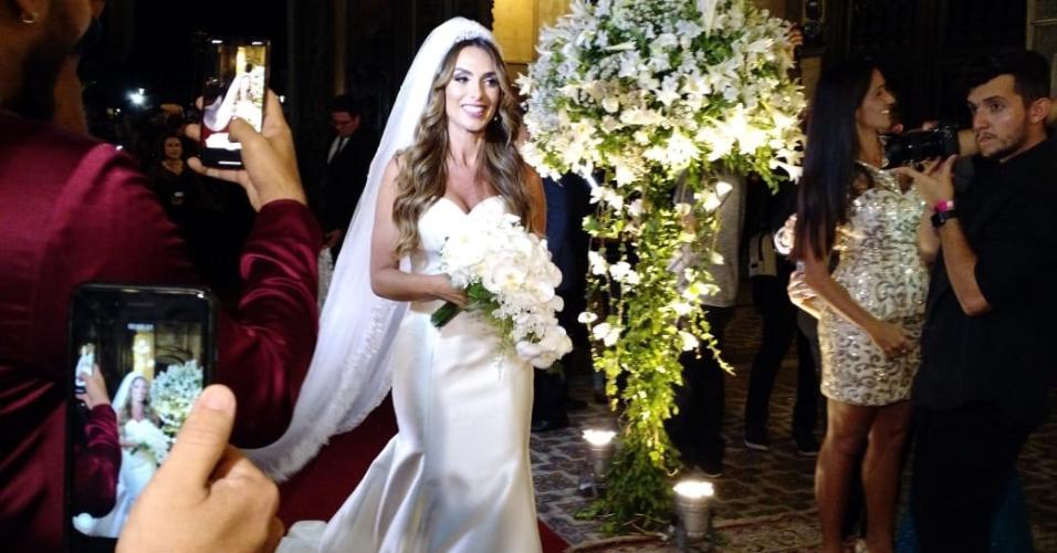 Nicole Bahls entrou sozinha na igreja da Candelária em seu casamento