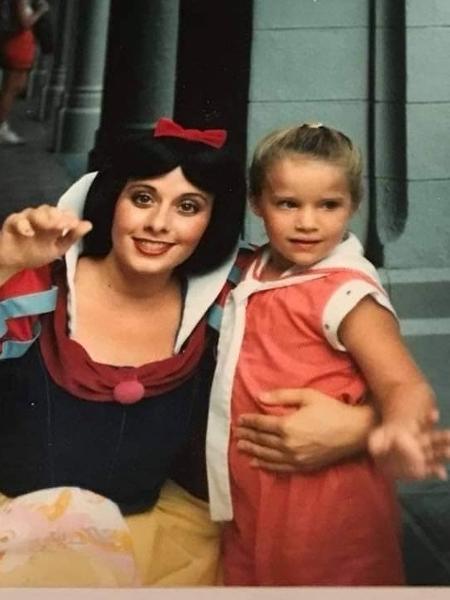 Amber, na infância, com a Branca de Neve - Reprodução/Facebook