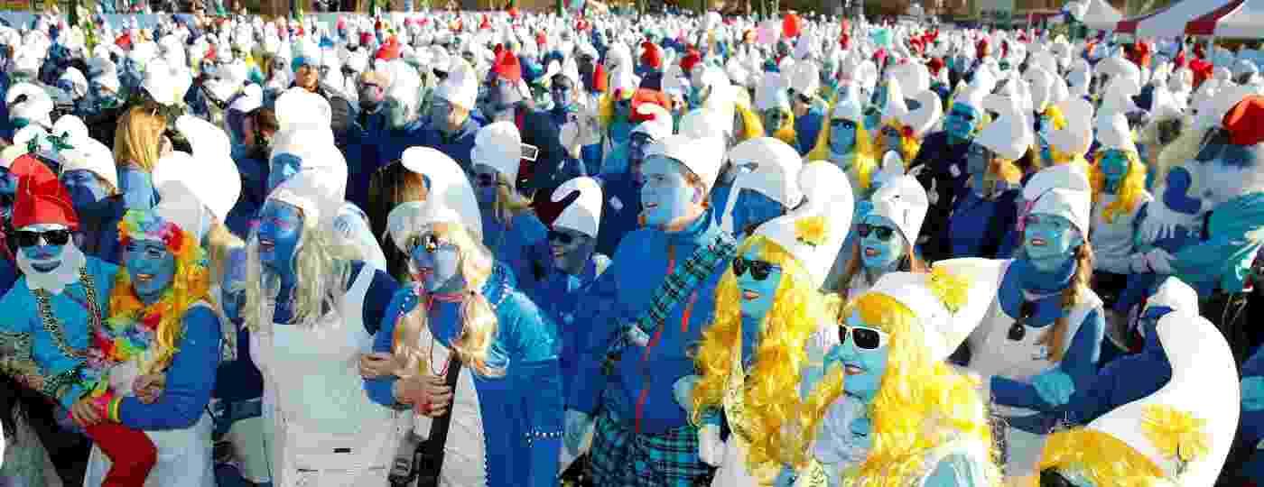 Pessoas vestidas de smurf na cidade alemã de Lauchringen - REUTERS/Arnd Wiegmann
