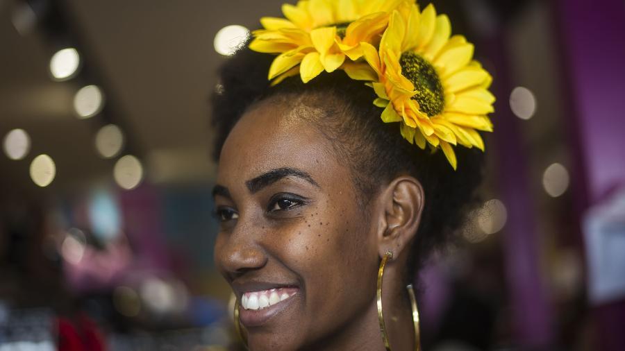 Tamires Araujo mostra o enfeite no cabelo - Bruna Prado/UOL
