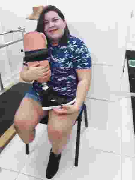 Vanessa recebendo sua primeira prótese, em outubro de 2016, após o sorteio feito no Facebook - Arquivo Pessoal
