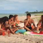 Participantes da quinta temporada do De Férias com o Ex fazem piquenique na praia - Divulgação/MTV Brasil