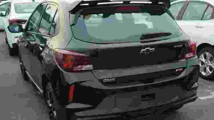 Traseira confirma que Onix RS traz o mesmo motor 1.0 turbo das demais versões; aerofólio chama a atenção - Reprodução