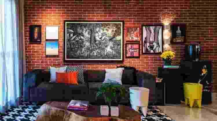 Montar a gallery wall em paredes coloridas valoriza ainda mais a composição. Contrastes de cores é boa pedida para balancear, como nessa criação da Urban Arts - Urban Arts - Urban Arts