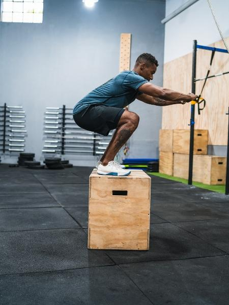 Os exercícios pliométricos, como o salto na caixa, envolvem movimentos explosivos - iStock