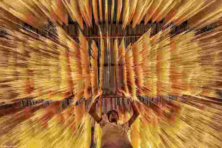 """""""Um trabalhador inspeciona se o macarrão de arroz secou corretamente"""" - ABDUL MOMIN - ABDUL MOMIN"""