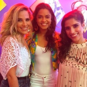 Wanessa e Camila, filhas de Zezé Di Camargo, posam com a cantora Lucy Alves (centro), uma das puxadores da Imperatriz