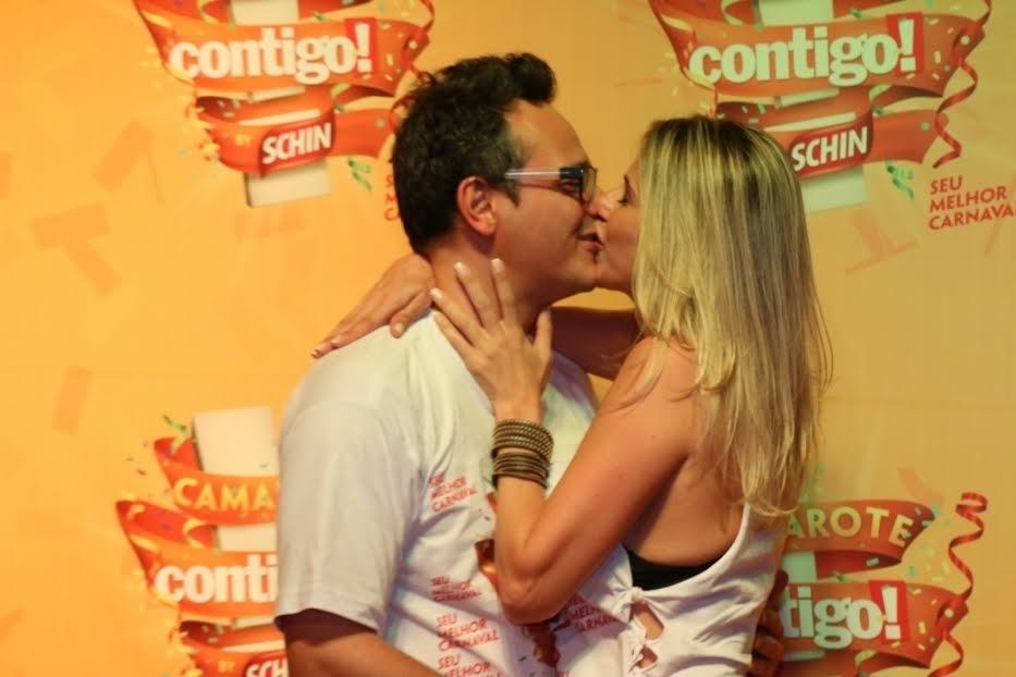 6.fev.2015 - O ator Danton Mello troca beijos com a namorada no Camarote Contigo by Schinm em Salvador, na Bahia