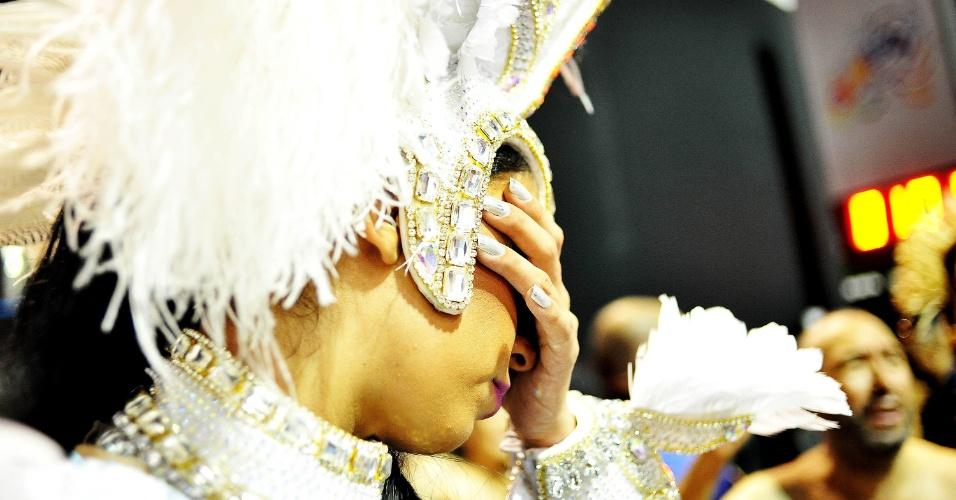 6.fev.2016 - Integrante chora no fim do desfile da Rosas de Ouro, quarta escola a entrar no Anhembi na madrugada deste sábado