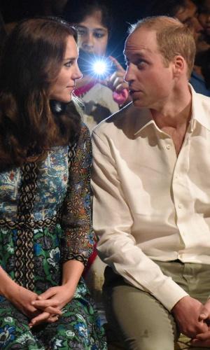 12.abr.2016 - Kate Middleton e o príncipe William conversam após assistir a apresentação da dança tradicional Bihu no parque nacional de Kaziranga, na Índia