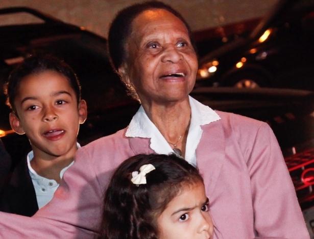 9.jul.2016 - A mãe de Pelé, Dona Celeste, posa para foto ao lado de familiares