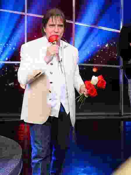 """Roberto Carlos distribui rosas no """"Programa do Jô"""" - Ramon Vasconcelos/TV Globo - Ramon Vasconcelos/TV Globo"""