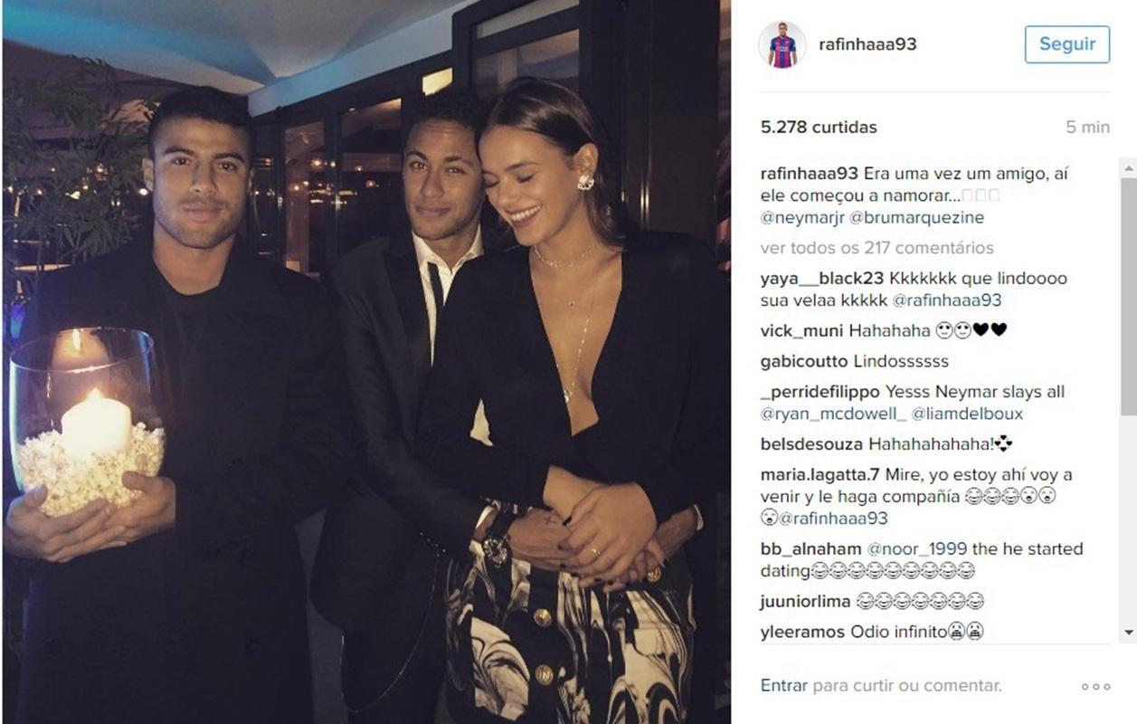 Rafinha, do Barcelona, posta foto com Neymar e Bruna Marquezine e brinca com vela: