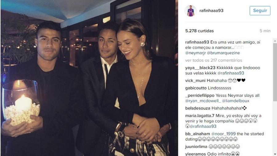 """Rafinha, do Barcelona, segura vela para Neymar e Bruna: """"Era uma vez um amigo, aí ele começou a namorar..."""" - Reprodução/Instagram/rafinhaaa93"""