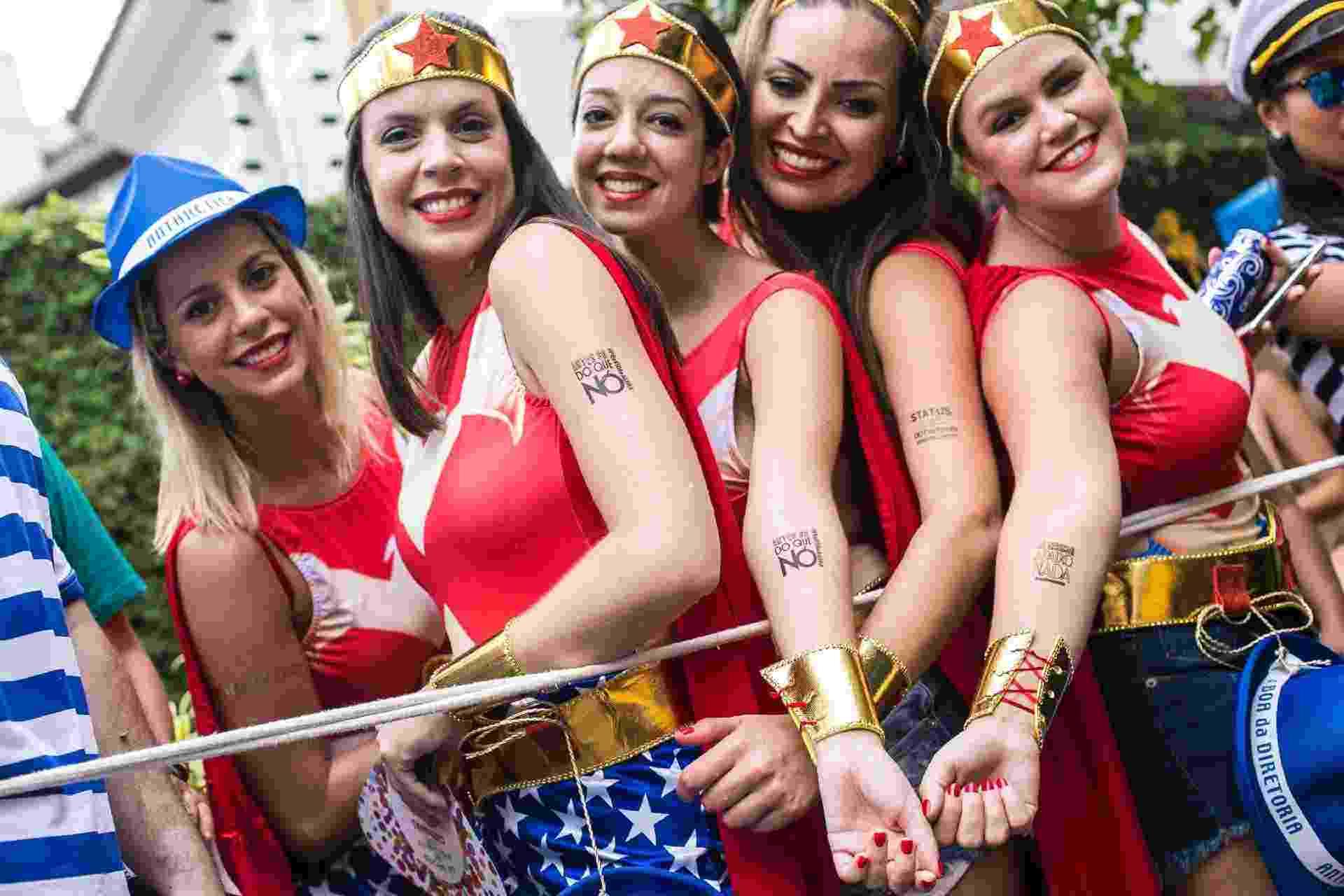 Amigas fantasiadas de Mulher Maravilha mandam recado através de tatuagens - Bruna Prado/UOL