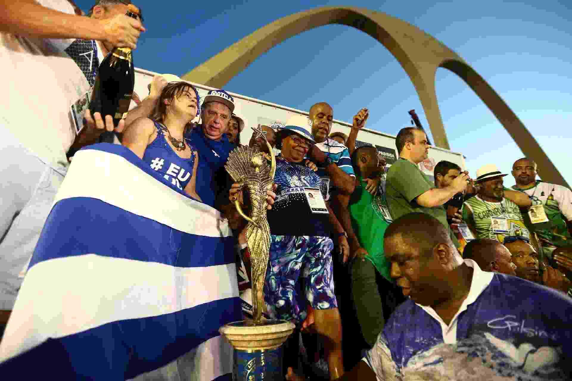 Portela é campeã do Carnaval do Rio de Janeiro e diretoria levanta taça - WILTON JUNIOR/ESTADÃO CONTEÚDO