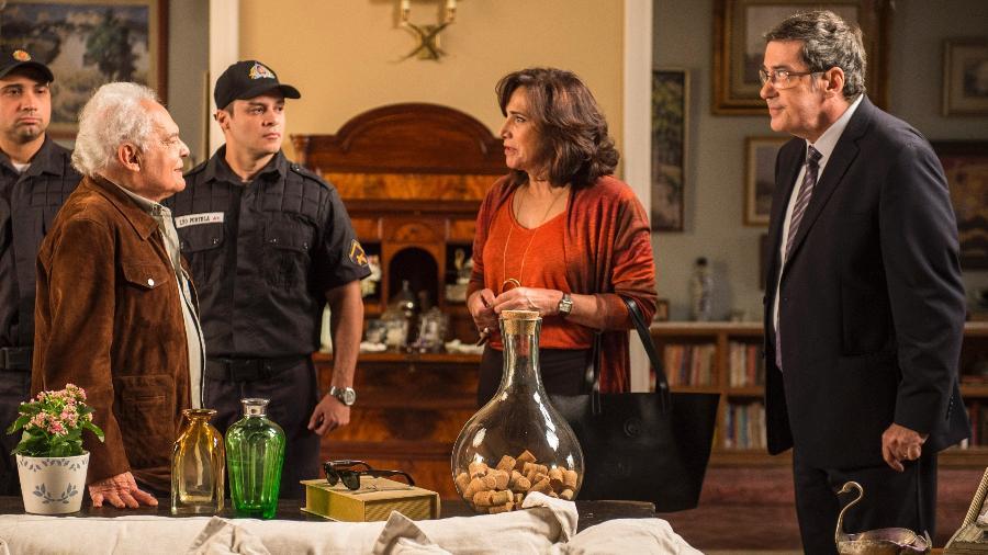 """Chegada de Garcia (Othon Bastos) e  Elvira (Betty Faria) à casa de Heleninha (Totia Meireles) e Junqueira (João Camargo) vira caso de polícia em """"A Força do Querer"""" - Mauricio Fidalgo/TV Globo"""