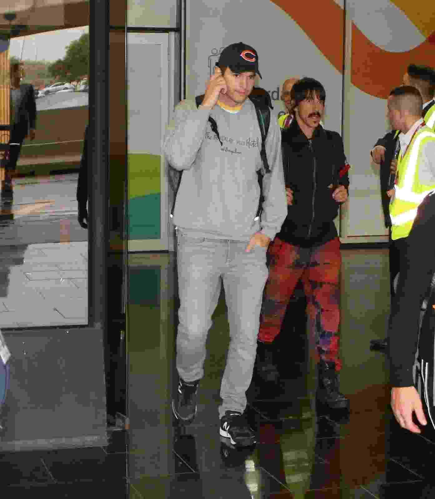 Asthon Kutcher desembarca no aeroporto do Rio - AgNews