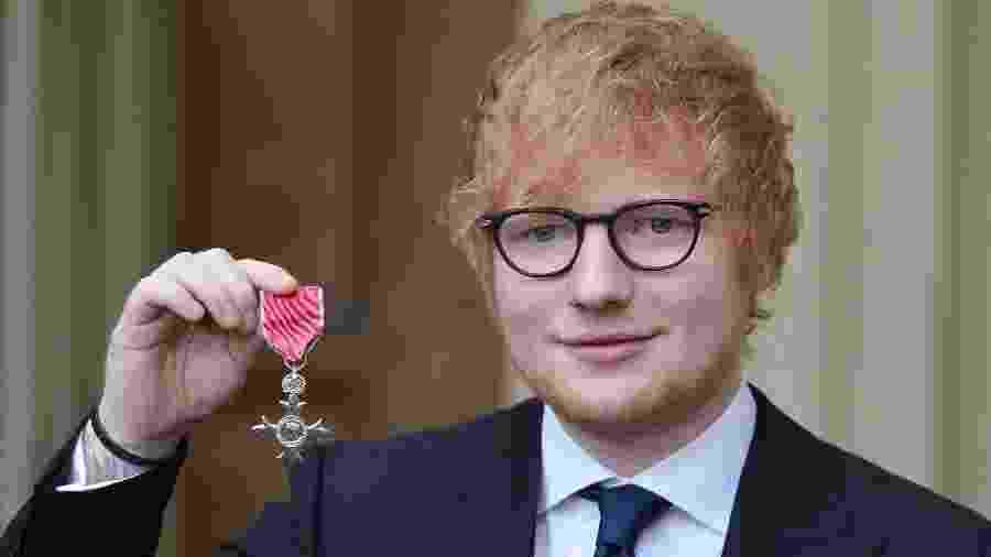 Ed Sheeran posa com medalha MBE no Palácio de Buckingham - John Stillwell/Divulgação/Reuters