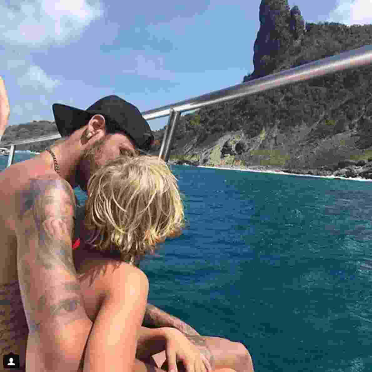 Bruna Marquezine e Neymar passeiam de barco - Reprodução/Instagram