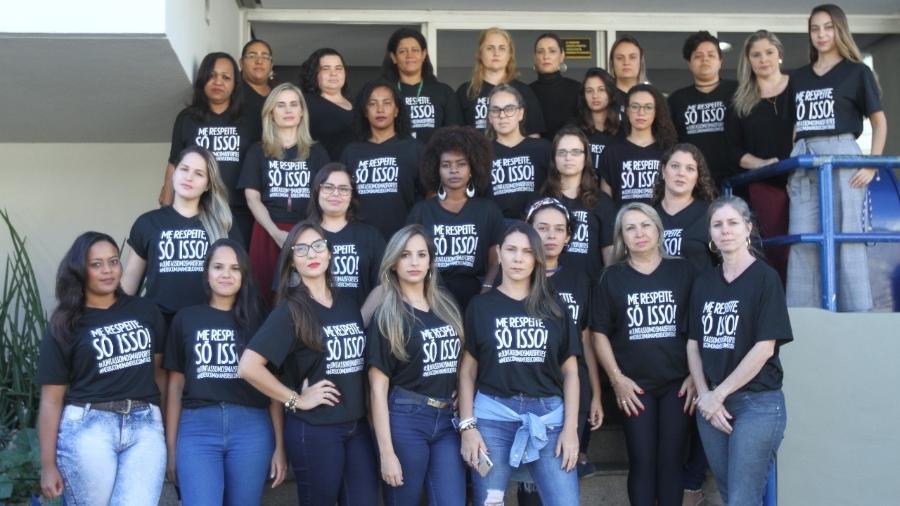 """Funcionárias do jornal """"A Tribuna"""" protestam diante da empresa contra assédio. """"Me respeite, só isso. #juntassomosmaisfortes #mexeucomumamexeucomtodas"""", diz o texto - Arquivo pessoal/ Rodrigo Gavini"""