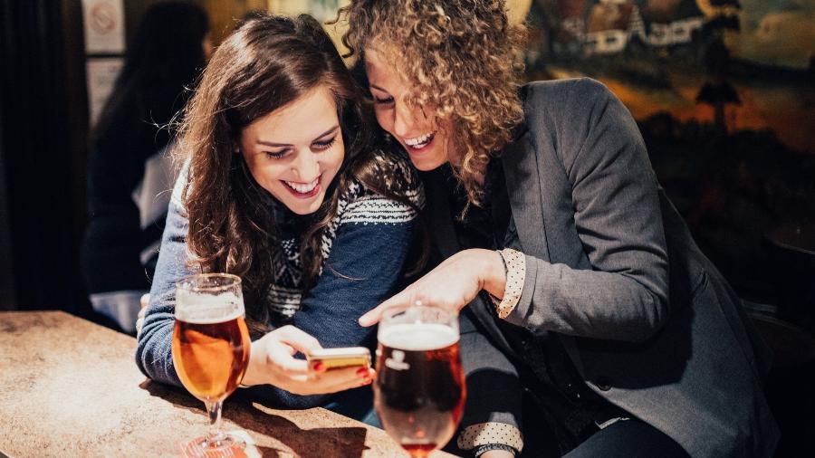 Mulheres que saem e bebem ainda são mal vistas por muita gente. Dá pra acreditar? - iStock