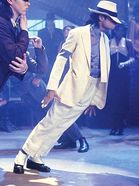 """Michael Jackson em passo de dança de """"Smooth Criminal"""" - Reprodução"""