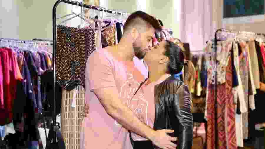 Preta Gil dá beijão no marido, Rodrigo Godoy, em bazar beneficente - Manuela Scarpa/Brazil News