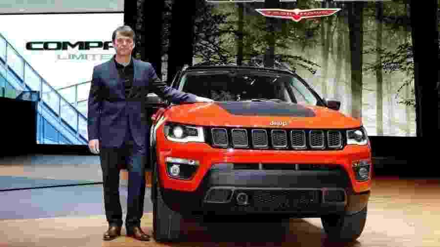 Michael Manley, o chefão da FCA, posa à frente de um Jeep Compass. Ele substituiu Sergio Marchionne no ano passado - Blog FCA/Reprodução