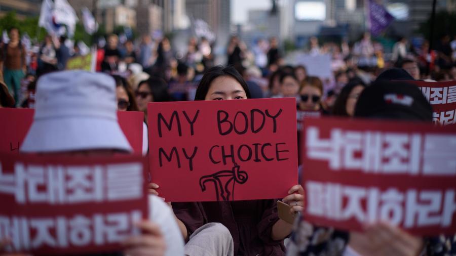 Dezenas de milhares de mulheres se reuniram neste sábado em Seul, capital da Coreia do Sul, para protestar contra o uso de câmeras escondidas - AFP
