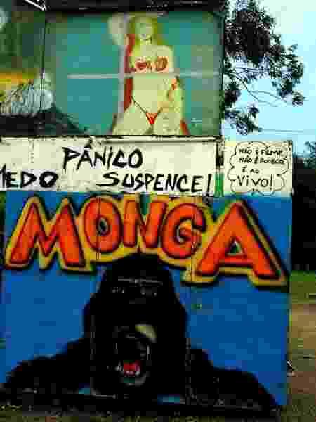 Barracão de mulher-gorila em parque itinerante brasileiro. O sucesso do Playcenter levou o nome Monga ser adotado em espetáculos do tipo em todo o país - Reprodução - Reprodução